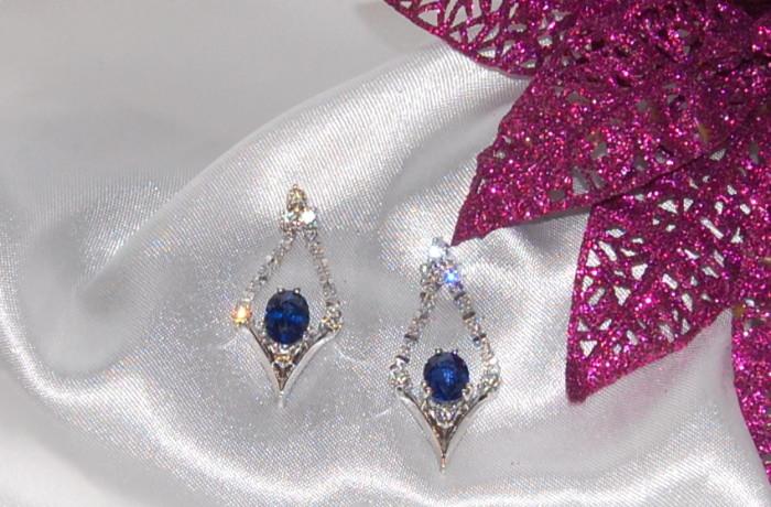 Orecchini con zaffiri ovali e diamanti in oro bianco 18kt.