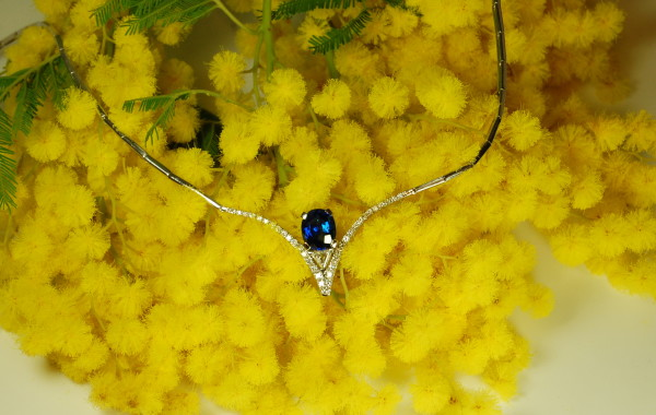 Girocollo zaffiro ovale e diamanti in oro bianco 18kt.