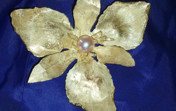 Iris a scultura con perla in oro giallo 18kt.