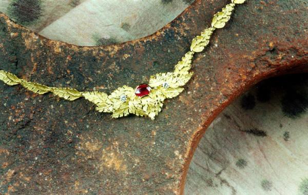 Girocollo foglie scultura con rubino in oro giallo 18kt.