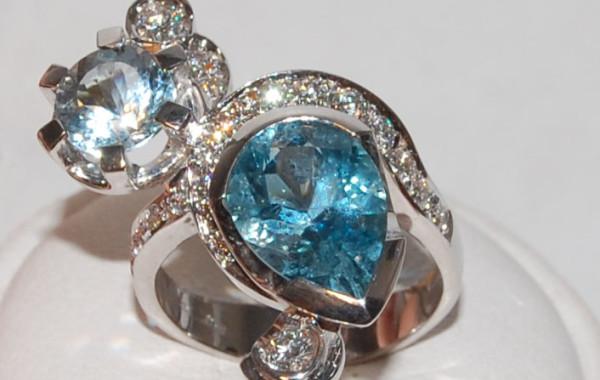 Anello acquamarina e diamanti in oro bianco 18 kt.