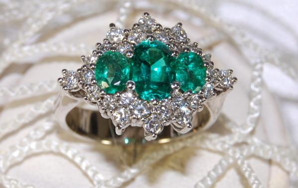 Trilogy di smeraldi contornati di diamanti in oro bianco 18kt.