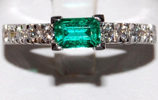 Verretta con smeraldo e diamanti in oro bianco 18kt.